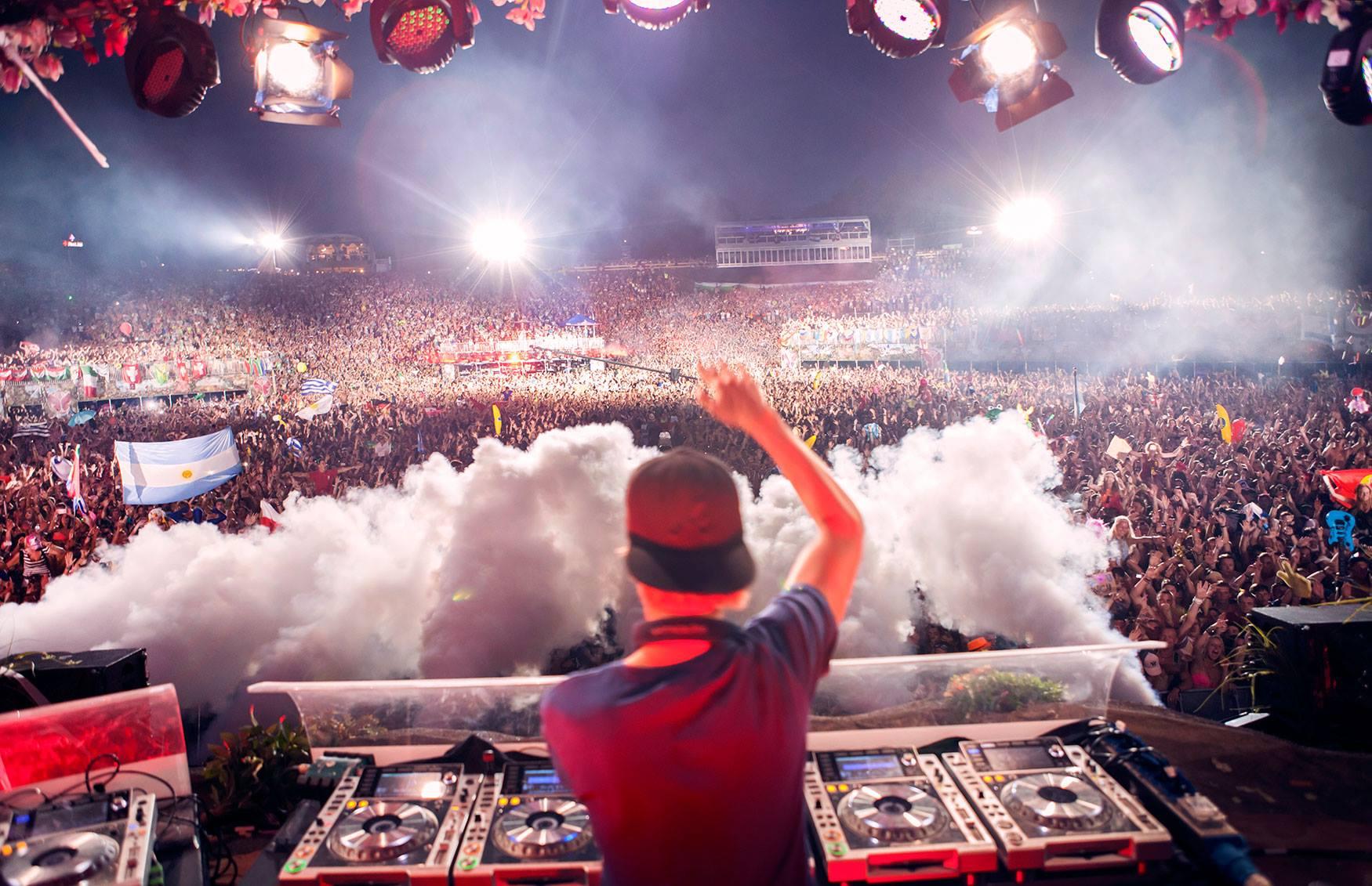 AVICII-Tomorrowland-2015